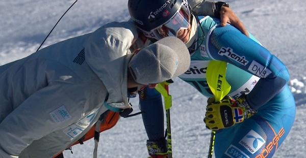 Atle Lie McGrath es consolado tras no lograr acabar el slalom de Adelboden, la primera vez que entraba en una segunda manga en la Copa del Mundo.