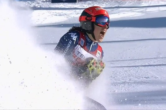 Federica Brignone explota de alegría tras cruzar la meta. La última italiana en ganar en Sestriere fue su madre, Maria Rosa Quario, hace treinta años.