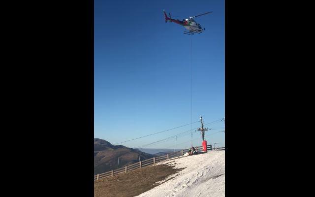 Imagen del helicóptero durante el traslado de la nieve