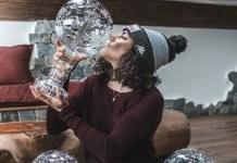 Federica Brignone besa el Gran Globo de cristal que le acredita como campeona de la Copa del Mundo 2019-2020. FOTO: Instagram F.B.