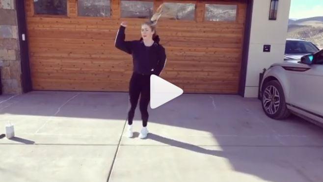 Mikaela se marca un 'dancing' delante del parking de su casa