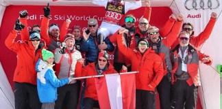 Marcel Hirscher, alzado por su padre y Michael Pircher tras imponerse en el slalom de Kranjska Gora de 2018. FOTO: Facebook M.H.