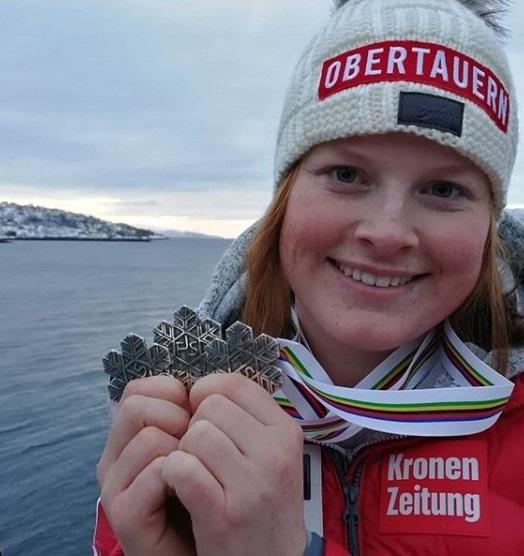 Lisa Grill posa con las tres medallas de plata que ganó en Norvik. FOTO: L.G.