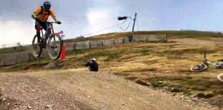 El presentador de Desafío Extremo sobre uno de los saltos de la estación andorrana