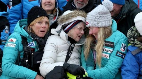 Shiffrin junto a su madre y su abuela, Pauline Condron, fallecida en octubre de 2019, poco antes del inicio de la pasada temporada.