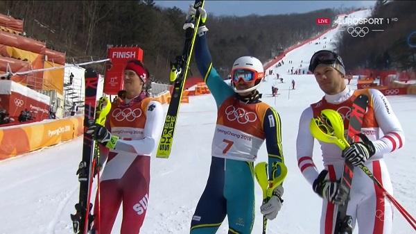 Andre Myhrer celebra su oro olímpico en el slalom de PyeongChang junto a Ramon Zenhaeusern y Michael Matt, con quienes compartió el podio.