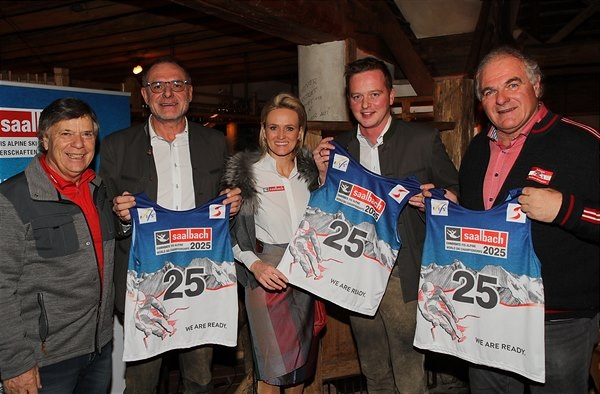 Miembros de la candidatura de Saalbach para el Mundial de 2025, que finalmente ha resultado vencedora.