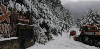 Las máquinas pisa nieve retiraban la nieve esta mañana de lunes