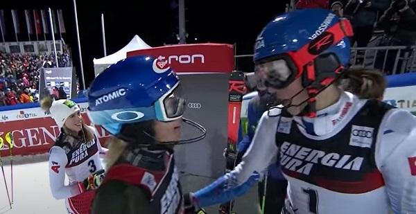 Vlhova recibe la felicitación de Shiffrin tras la carrera.