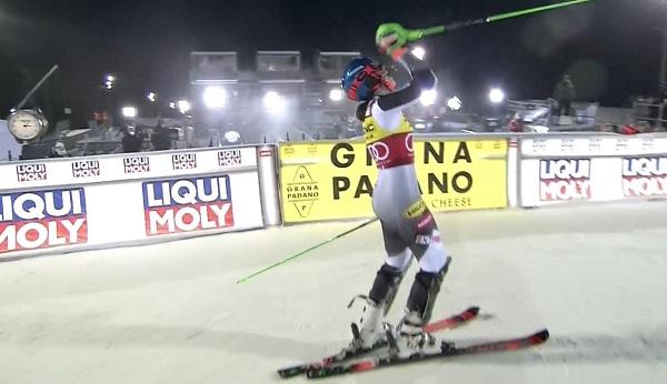 Petra Vlhova expresa su alegría al comprobar que se ha llevado la victoria ante Mikaela Shiffrin en el primer slalom de Levi.