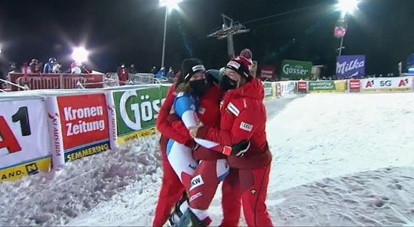 Michelle Gisin es rodeada por sus compañeras del equipo suizo tras su victoria.