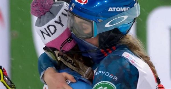 El sentido abrazo entre Shiffrin y Holdener, que hoy ha hecho su trigésimo podio en slalom sin victoria alguna.