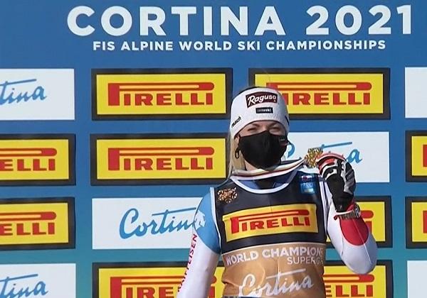 Lara Gut muestra la medalla de oro del super G, el primer título de campeona mundial que conquista.