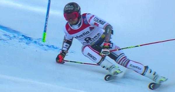 Faivre ha salvado una situación muy comprometida cuando se le han juntado las colas de los esquís.