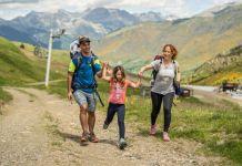 Una familia practicando senderismo en Boí Taüll