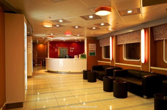 Stena Mersey entrance lobby with guest services desk. The onboard shop is to the left of the picture. © Niferrysite