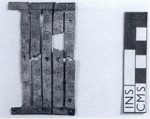 """Bardko rzymskie z South Shields. Kość w ramce z brązu. Ilustracja z ksiązki John Peter Wild """"Textiles in Archaelogy"""""""