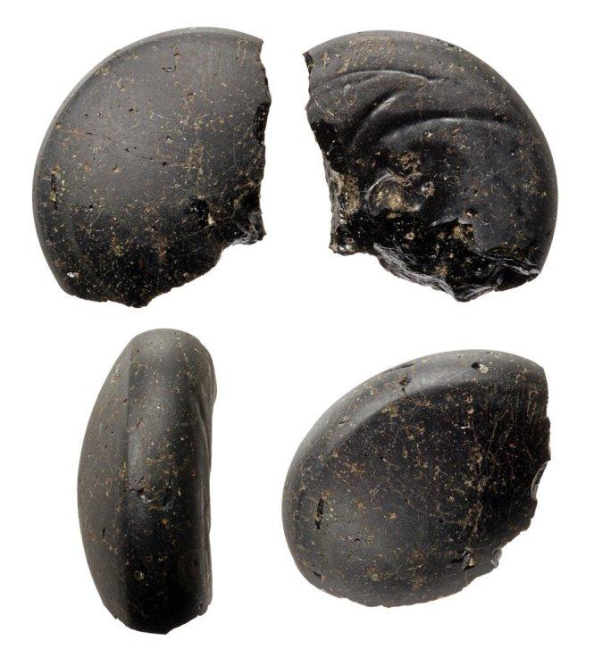Gładzik szklany z Truso. Zdjęcie z archiwów Muzeum Archeologiczno-Historycznego w Elblągu za zgodą dr Marka Jagodzińskiego