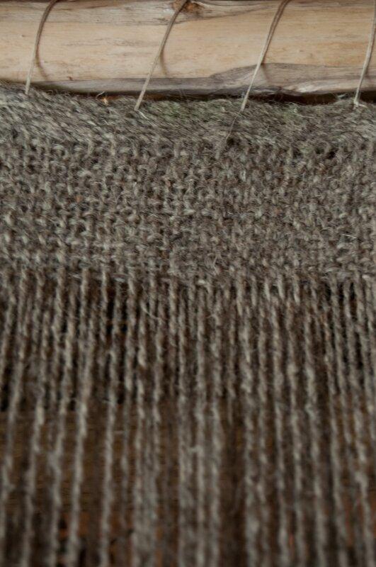 Początek tkaniny na krosnach pionowych
