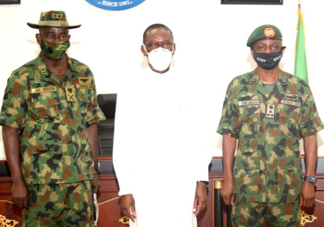 Delta Governor ,Senator (Dr.) Ifeanyi Okowa (middle), General Officer Commanding (G.O.C), 6 Division of the Nigeria Army, Port Harcourt, Maj. Gen. Johnson Irefin (Left), and the Brigade Commander, 63 Brigade, Asaba, Brigadier General Ibrahim Jallo, (right),during a courtesy call by the G.O.C on the Governor in Asaba. Wednesday9/9/20 : BRIPIN ENARUSAI