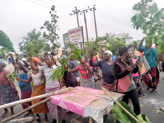 Abraka women protesting against Fulani herdsmen who reportedly killed a man and his two sons