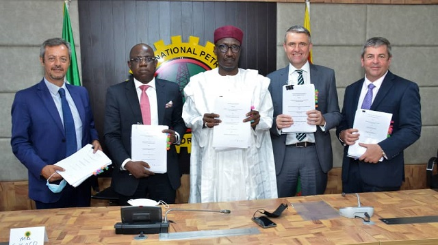 L-R: Managing Director, Nigerian Agip Exploration Ltd, Mr. Roberto Daniele; Managing Director, Shell Nigeria Exploration and Production Company Ltd (SNEPCo), Mr. Bayo Ojulari; Group Managing Director, Nigerian National Petroleum Corporation (NNPC), Mallam Mele Kyari; Managing Director, Total Exploration and Production Nigeria Ltd, Mr. Mike Sangster; and Managing Director, Esso Exploration and Production Nigeria Ltd, Mr. Richard Laing, displaying the agreements signed on the resolution of disputes to give OML118 a new lease of life… Tuesday.