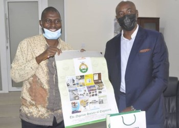 The chairman Nigerian Society of Engineers, NSE, Engr. Kolawole Olonade presenting souvenirs to the Special Adviser to the Governor on Energy, Engr Lolu Adubifa, while playing host to the SA, at his office in Oke-Mosan, Abeokuta, Ogun State capital.