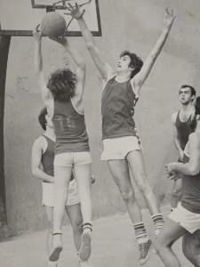 Lanzando a canasta en uno de los primeros partidos con el Tercera división contra el Colegio Calasancio. 1979.