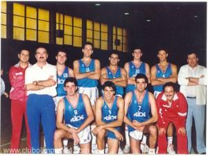 Equipo Senior del Olímpico 64. Arriba: Dani, Juan, Nicolás, Guillermo, Miguel, ¿?, Agustín y Dulsé. Abajo: José, ¿Morti?, Carlos y Toñin.