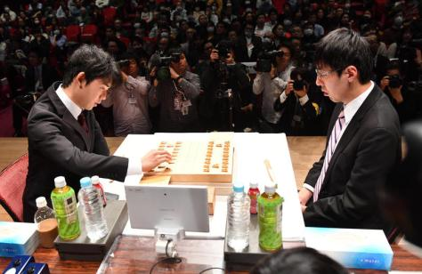 決勝戦で対局した藤井聡太五段(左)と広瀬章人八段(撮影・柴田隆二)
