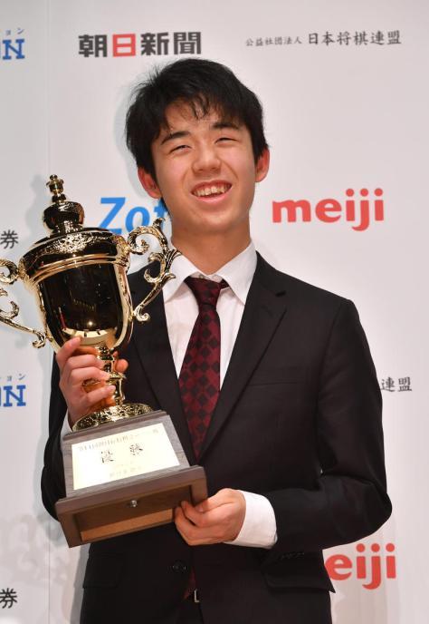 優勝しトロフィーを手に笑顔を見せる藤井聡太新六段(撮影・柴田隆二)