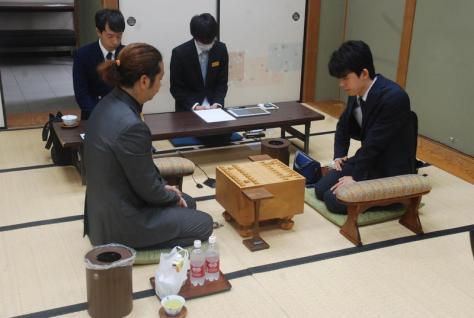 七段昇段後、初対局に臨んだ藤井聡太七段(右)(撮影・松浦隆司)