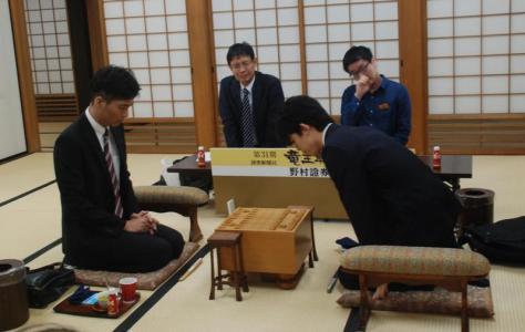 対局に挑んだ都成竜馬五段(左)と藤井聡太七段(撮影・松浦隆司)