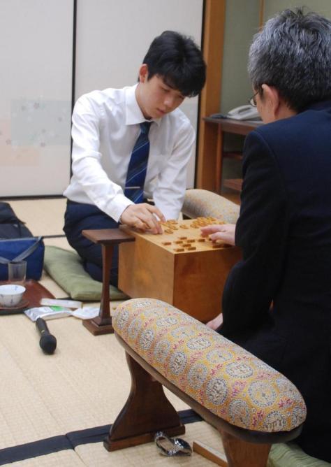 15歳最後の対局を白星で飾った藤井聡太七段(撮影・松浦隆司)