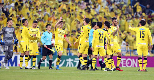 1-0で勝利し、ハイタッチで喜び合う柏イレブン(撮影・浅見桂子)