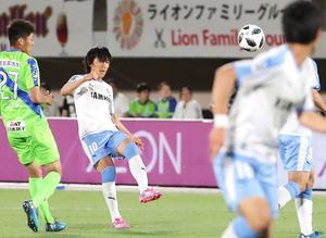 湘南対磐田 後半、途中出場して前線にピンポイントパスを出す磐田MF中村(撮影・丹羽敏通)