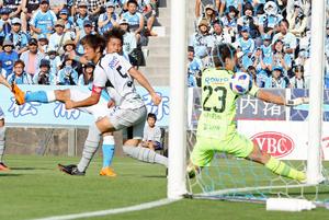 前半、左足でゴールを決める磐田FW松浦(左奥)(撮影・垰建太)