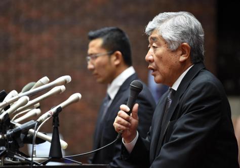 23日に会見した日大・内田前監督(右)。左は井上コーチ