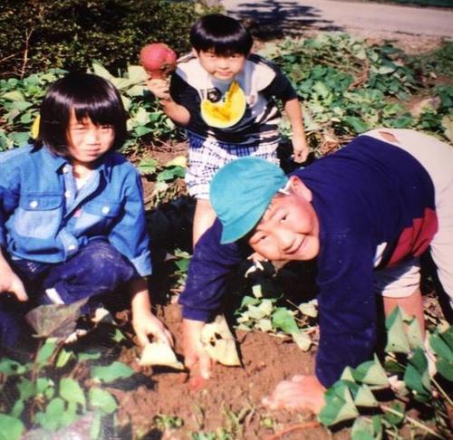 4歳の時に友人と芋掘りする稲垣啓太(右)