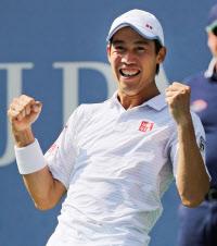 テニスの全米オープン男子シングルスで決勝進出を決め、喜ぶ錦織圭(6日、米ニューヨーク)=AP