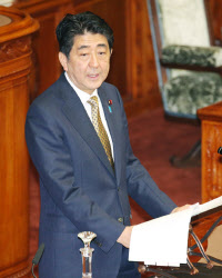 27日、参院本会議で答弁する安倍首相