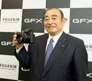 富士フイルム、新製品「GFX 50S」を持つ古森重隆会長
