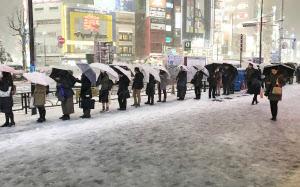 雪の影響で行列ができたタクシー乗り場(22日午後、東京都豊島区)