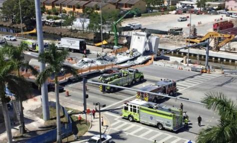 15日、マイアミで歩道橋が崩落した(米南部フロリダ州)=AP
