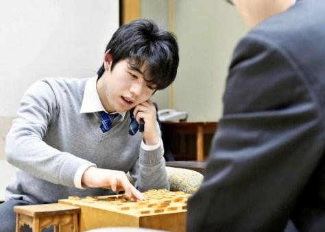 王将戦1次予選で井上慶太九段に敗れ、対局を振り返る藤井聡太六段(28日、大阪市)=共同