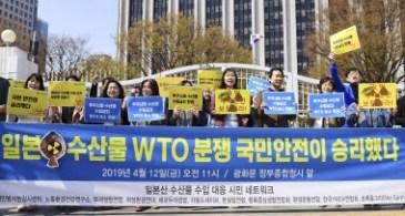 水産物輸入禁止措置を巡りWTOで韓国勝訴の判断が出たことを喜ぶ市民団体(12日、ソウル)=共同