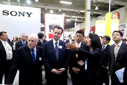 EXPO内のジャパン・パビリオンで説明を聞くオリンピオ・ジョゼ・フランコSET会長、カサビ大臣、あかま副大臣