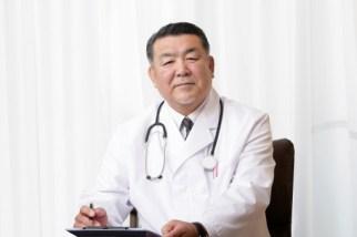 問診をする男性の医者