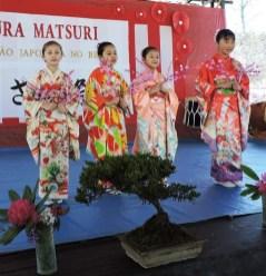 昨年の桜まつりで着物姿を披露した子どもたち