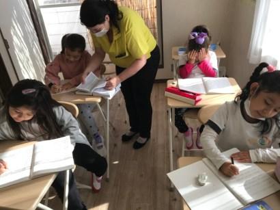 ブラジルで定められた教育課程に加え日本語と英語も教える。
